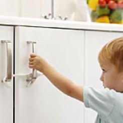 BabyDan lås til doble skapdører - 1 pk.